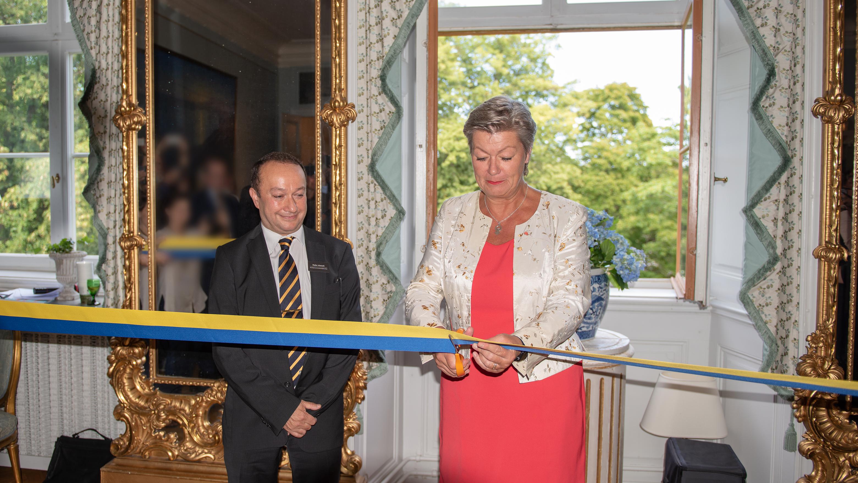 Nader Ahmadi, generaldirektör, och Ylva Johansson, Arbetsmarknads- och etableringsminister, vid invigningen av myndigheten.
