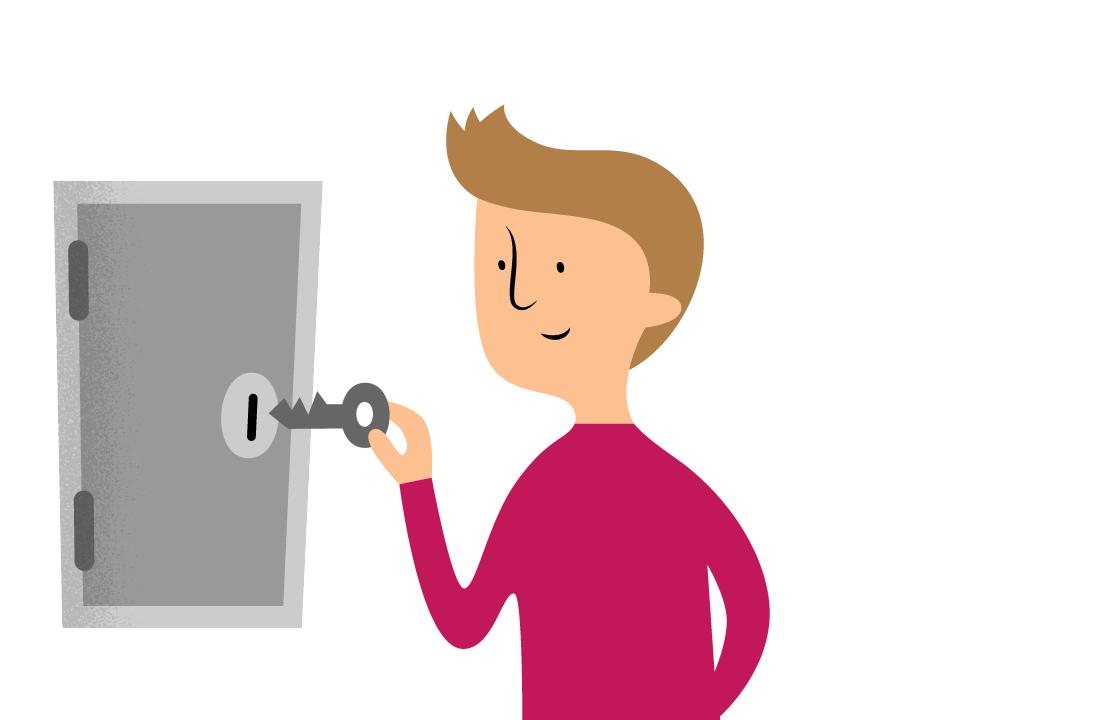 En person som håller i en nyckel framför ett kassaskåp.
