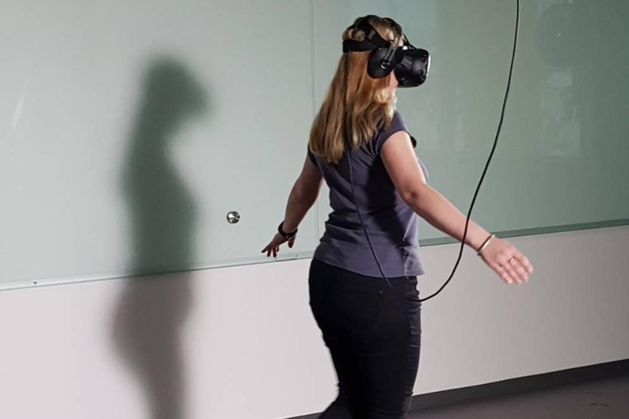 Tjej med VR-glasögon