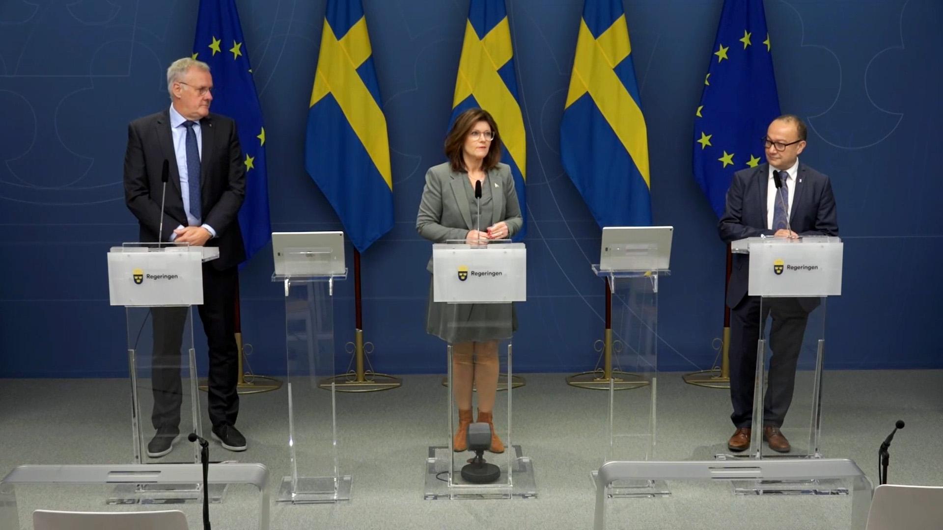 Arbetsmarknadsminister Eva Nordmark tillsamman med Nader Ahmadi och Håkan Olsson.